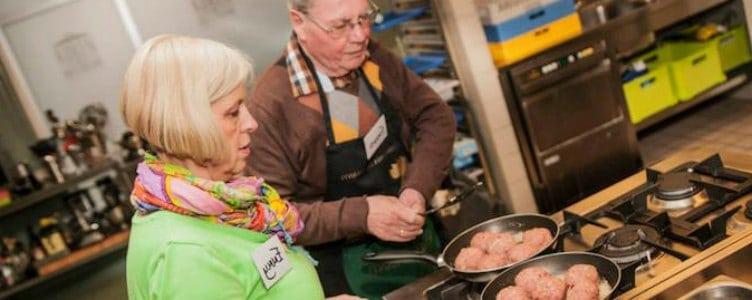 Gehaktballen koken tegen eenzaamheid bij ouderen