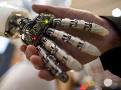 Verpleegd worden door een robot in de zorg 800x600
