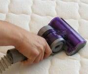 Zweetplekken verwijderen uit matras, hoe doe je dat? Schoonmaakdiva Marja Middeldrop heeft dé oplossing en het is heel eenvoudig!