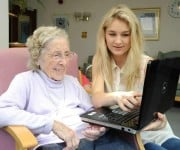 Studenten wonen in een bejaardenhuis Google plus