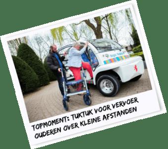 """Elektrische tuktuk Inmiddels bestaat het wagenpark van Argos Mobiel, zoals het project is genoemd, uit 6 """"tuktuks"""", vernoemd naar het Thaise vervoersmiddel. Maar eigenlijk is het een tuktuk 2.0, want het enige dat overeenkomt met de oorspronkelijke tuktuk is de grootte. De tuktuk van Argos is elektrisch en maakt nauwelijks geluid. Uit de bijstand aan het werk Het zijn niet alleen de ouderen die profijt hebben van het vervoer met de tuktuk. Hamdi is de hoofdchauffeur en is aan dit project begonnen vanuit de bijstand. Inmiddels zijn de werkzaamheden zo uitgebreid dat hij een vaste baan als coördinator heeft gekregen. """"We wilden geen ingewikkelde procedure, hij neemt zelf alle telefoontjes aan, inmiddels meer dan 100 per dag. Dat worden er wel een beetje veel, dus we kijken nu hoe we dat moeten oplossen. En hij stuurt de andere chauffeurs aan. In Schiedam hebben we ook zo'n coördinator."""" aldus Karin Hersbach. En mevrouw Dunweg is heel duidelijk over haar ervaring met het vervoer voor ouderen: """"Je moet wel eens een kwartiertje wachten, maar dat vind ik echt geen probleem. Ik ben zo blij dat deze oplossing er is!"""""""