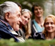 Grijs Groen en Gelukkig helpt ouderen