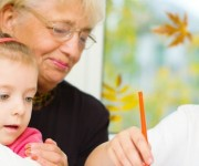 Kinderen helpen eenzame ouderen