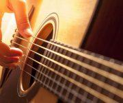 Met een gitaar het zorgcentrum in