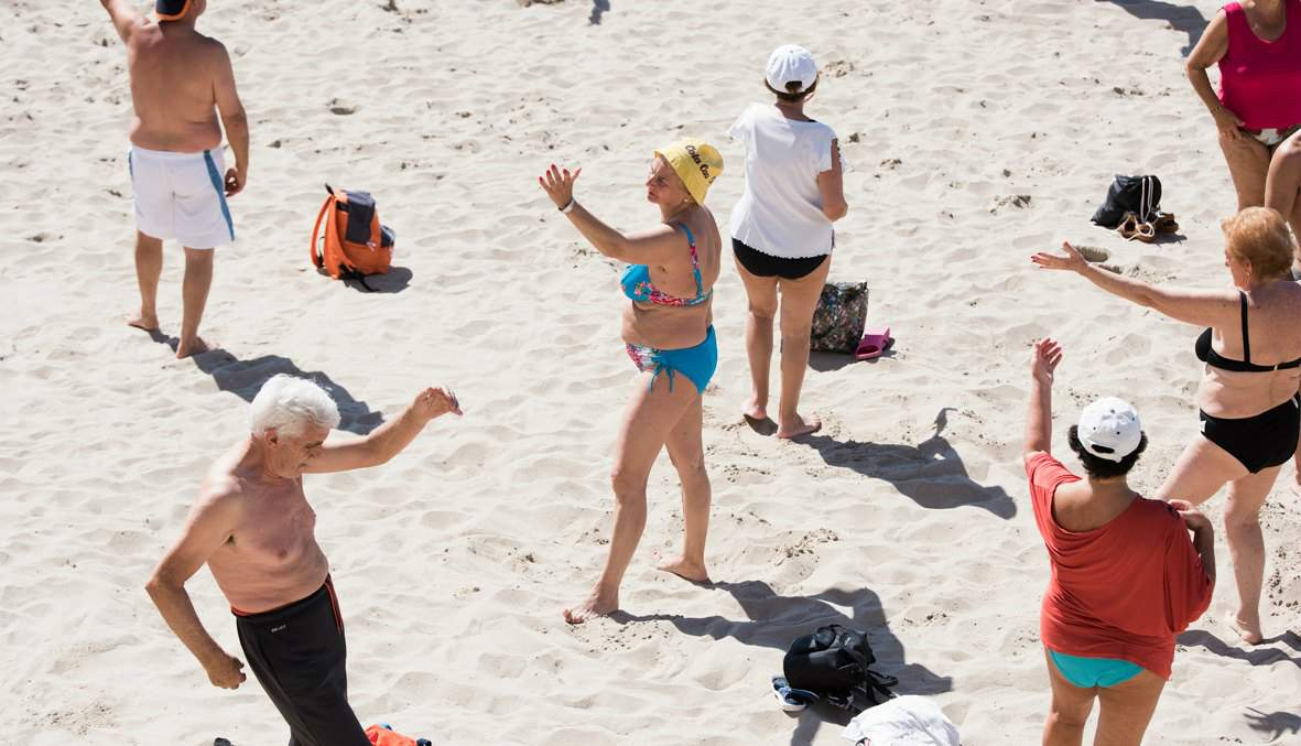 65 plussers in Benidorm op het strand