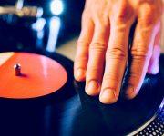 Diskjockey worden en muziek luisteren