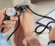 Hoge bloeddruk meten door een dokter