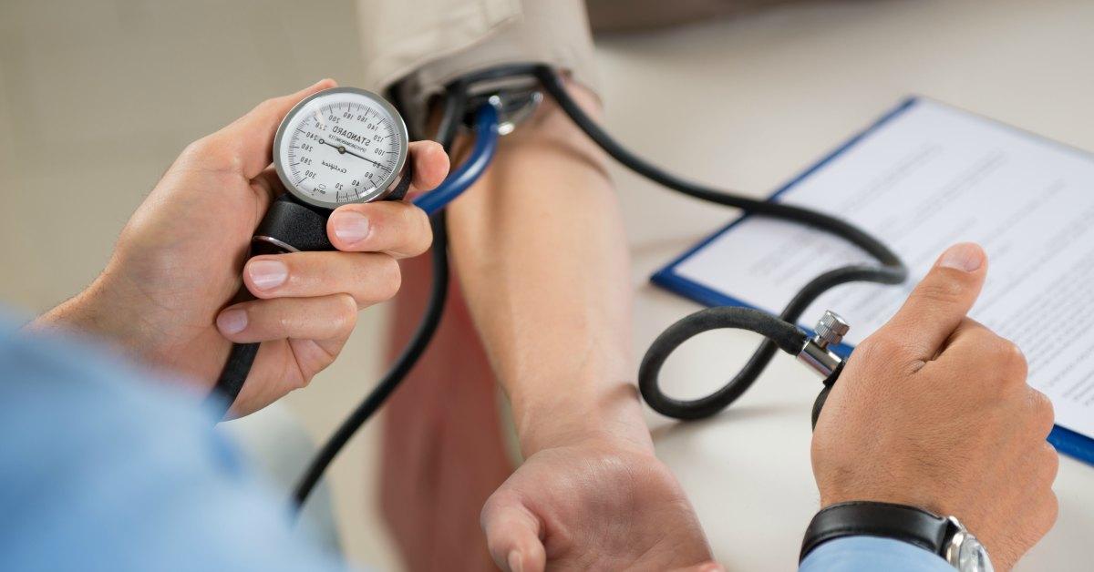 hoge-bloeddruk-meten-door-een-dokter-facebook