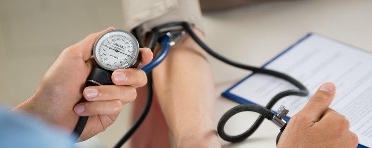 hoge-bloeddruk-meten-door-een-dokter
