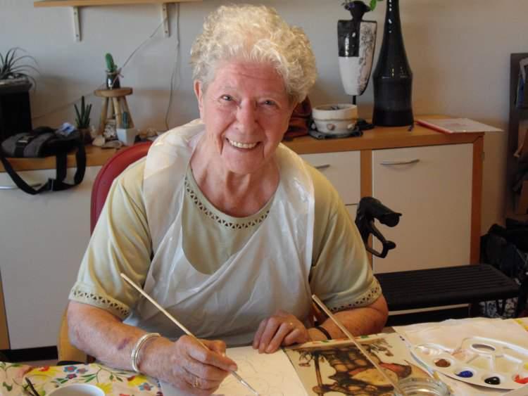 Mevrouw Kroon aan het schilderen