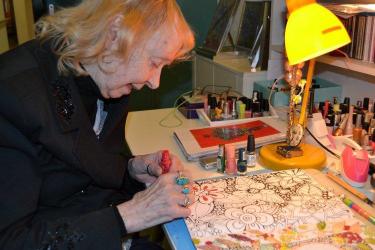 Sophia Peters schildert met nagellak