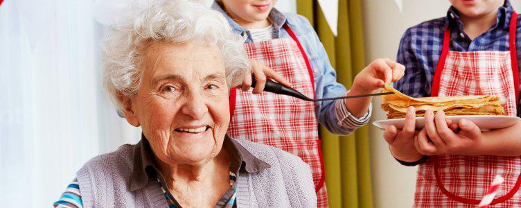 Kinderen bakken pannenkoeken voor ouderen