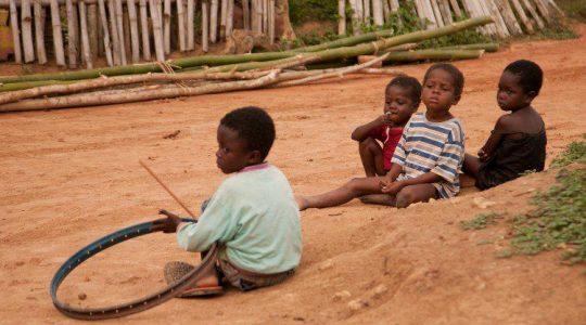 Zittende kinderen in Ghana door Alice Bunt