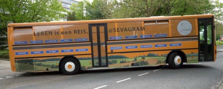 Zorgpersoneel de bus in