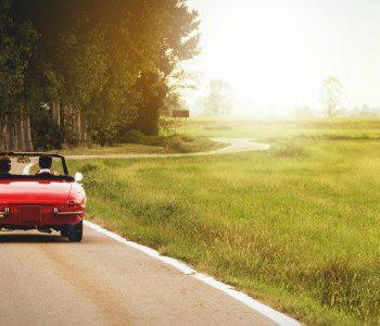 Cruisen in een cabrio met eenzame ouderen
