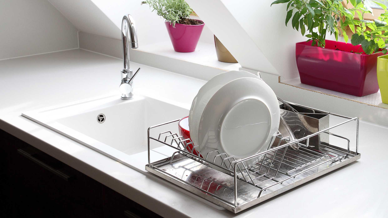 Keukenkastjes opruimen